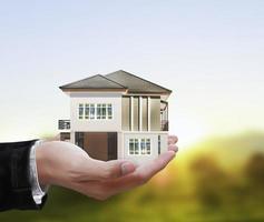 huis model concept in de hand foto