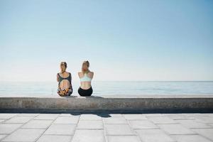 fitness jonge meisjes ontspannen na het hardlopen in de stad. gelukkig sportief foto