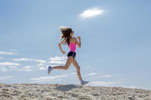 meisje houdt zich bezig met sport joggen foto