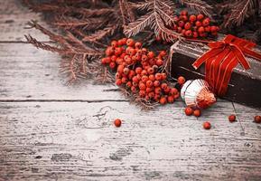 vintage Kerstdecoratie op oude houten achtergrond foto