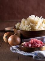 zuurkool met zwiebeln en schinkenwürfel foto