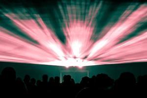 lasershow stralen in rode en groene kleuren