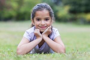 klein meisje lacht naar de camera foto