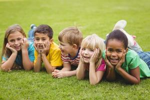 lachende klasgenoten op een rij liggen foto