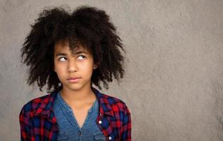 jonge tiener met afro haar denken foto