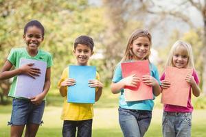 lachende klasgenoten met blocnotes foto