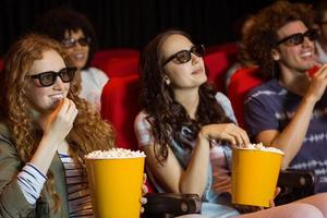 jonge vrienden kijken naar een 3D-film foto