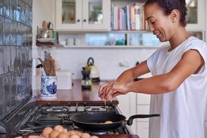 vrouw ontbijt eieren foto
