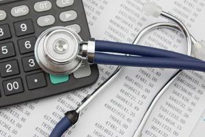 stethoscoop en rekenmachine foto