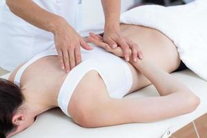 fysiotherapeut die rugmassage doet foto