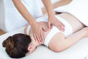 fysiotherapeut die schoudermassage doet foto