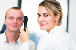 optometrie concept - mooie jonge vrouw met haar ogen onderzocht