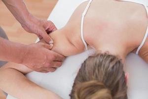 fysiotherapeut die armmassage doet aan zijn patiënt foto