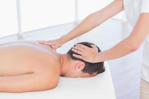 fysiotherapeut die nekmassage doet aan haar patiënt foto