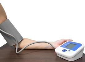 vrouwenhand en het meten van bloeddruk 1 foto