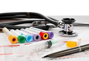 laborzettel und utililien für die blut untersuchung foto