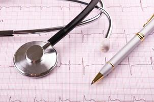 stethoscoop en pen op cardiogram foto