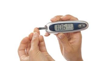 diabetespatiënt die het bloedonderzoek van het glucosespiegel meet foto