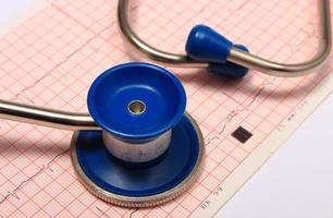 stethoscoop met elektrocardiogram grafiekrapport foto