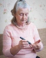 vrouw testen op hoge bloedsuikerspiegel. foto