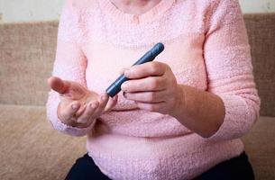 vrouw testen op hoge bloedsuikerspiegel foto