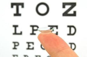 contactlenzen en oogtestkaart foto