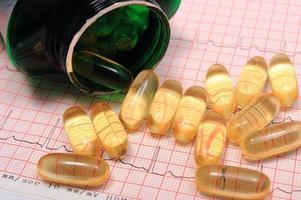 elektrocardiogram grafiekrapport en tabletten foto