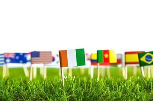papier knippen van vlaggen op gras voor voetbalkampioenschap 2014 foto