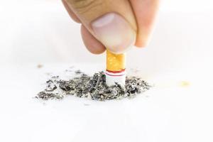 sigarettenpeuk geïsoleerd op een witte achtergrond. foto