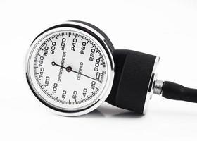 close-up van medische geïsoleerde bloeddrukmeter foto
