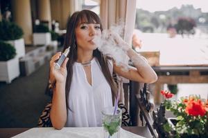 girn in café met e-sigaret foto