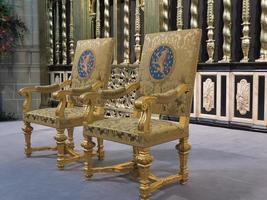 koninklijke zetels zoals gebruikt tijdens de inauguratie van de nieuwe koning