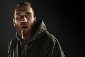 portret van een jonge man om te stoppen met roken foto