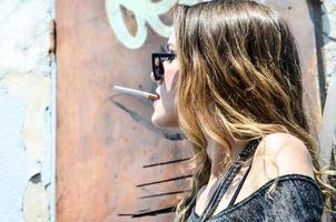 jong meisje olding cigarete. foto