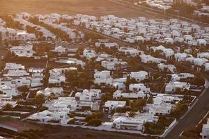 nederzetting van nieuwe huizen allemaal in dezelfde stijl foto