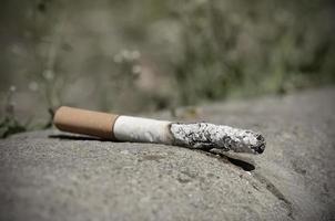 sigaret op asfalt foto