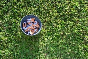 asbak in gras. foto
