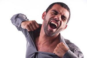 man schreeuwen en zijn shirt scheuren