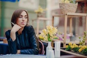 mooie glamoureuze brunette rook elektronische sigaret foto