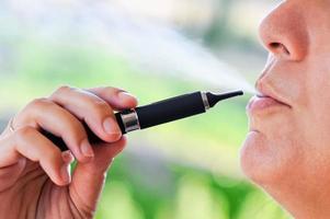 roker van elektronische sigaret met stoom foto