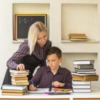jonge student leert thuis met een zijn tutor. foto