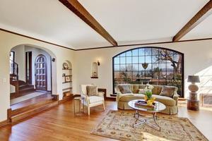 lichte woonkamer in luxe engels bijgebouw foto