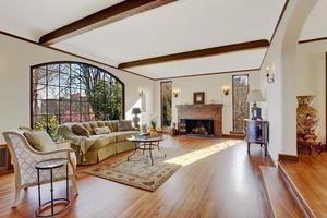 woonkamer met vuurplaats in luxe engels bijgebouw foto