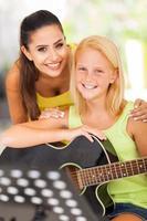 vriendelijke lerares met haar muziekleerling