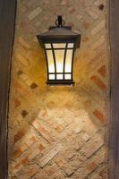 ambachtelijke stijl lamp op buitenmuur foto