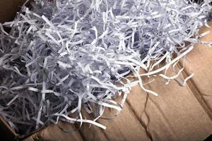 versnipperd papier in kartonnen doos foto