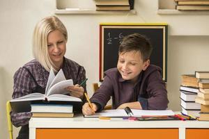 schoolleraar met jonge student. foto