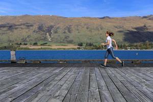 jonge volwassen vrouw draait op pier foto
