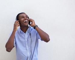 gelukkige tiener die aan muziek met hoofdtelefoons luistert foto