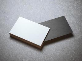 stapel witte visitekaartjes met een zwarte foto